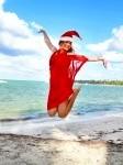 11311906-fille-en-chapeau-de-p-re-no-l-sautant-sur-la-plage-tropicale-mer-des-cara-bes