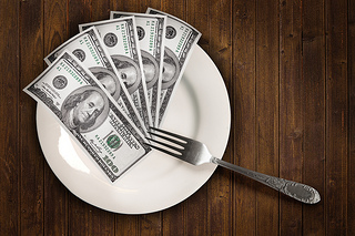 Dollars on a plate, de TaxCredits, licence CC-BY-2.1